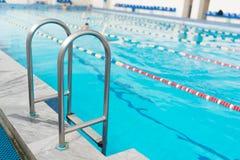 游泳池扶手栏杆 库存照片
