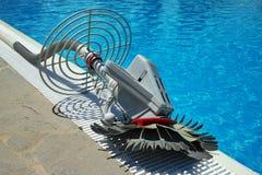 游泳池擦净剂机器人 库存照片