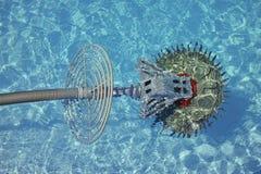 游泳池擦净剂机器人 图库摄影