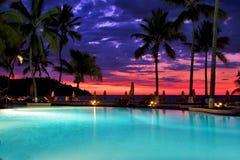 游泳池日落遮阳伞在香是 免版税库存图片