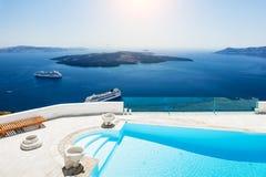 游泳池有海运视图 免版税库存图片