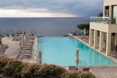 游泳池有海运视图 免版税图库摄影