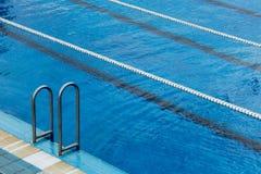 游泳池梯子和车道绳索 库存照片