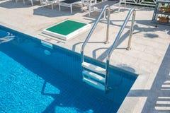 游泳池梯子 免版税图库摄影
