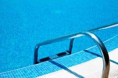 游泳池梯子 免版税库存照片