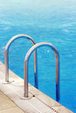 游泳池梯子 库存图片