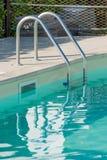 游泳池楼梯 库存照片