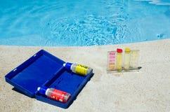 游泳池测试的成套工具 库存照片