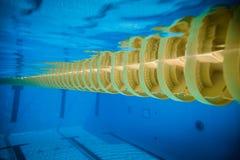 游泳池浮动波浪打破的车道线 图库摄影