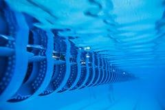 游泳池浮动波浪打破的车道线 免版税库存照片
