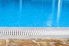 游泳池溢出的边缘 免版税库存图片