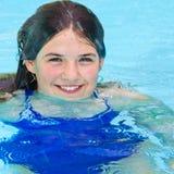 游泳池特写镜头的微笑的女孩 免版税库存照片