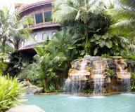 游泳池用瀑布和热的热量水a 库存图片