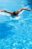 游泳池的一个人 免版税图库摄影