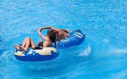 游泳池的两名妇女 免版税图库摄影