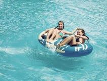 游泳池的两名妇女 免版税库存图片
