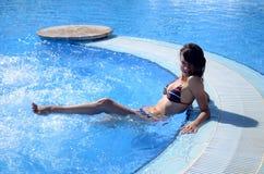 游泳池的好女孩 免版税库存图片