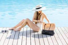 游泳池的妇女 免版税库存图片