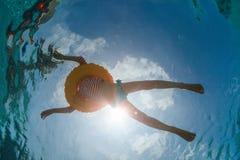 游泳池的小女孩 免版税库存图片