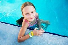 游泳池的小的女孩。 免版税库存图片
