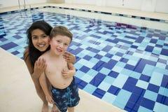 游泳池的微笑的孩子在晴朗 免版税库存照片
