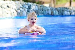 游泳池的微笑的小女孩 免版税库存图片