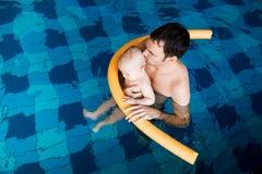 游泳池的微笑的迷人的婴孩 图库摄影