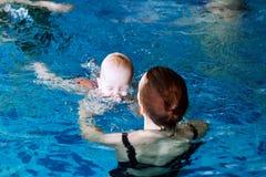 游泳池的微笑的迷人的婴孩 免版税图库摄影