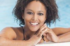 游泳池的性感的非裔美国人的妇女女孩 免版税图库摄影