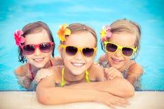 游泳池的愉快的孩子 库存照片