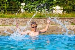 游泳池的愉快的男孩 免版税库存照片