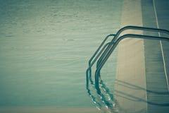 游泳池的梯子 免版税库存图片