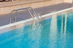 游泳池的梯子 免版税图库摄影