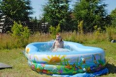 游泳池的男孩。 免版税库存图片