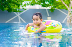 游泳池的男孩 图库摄影