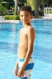 游泳池的男孩 免版税库存图片