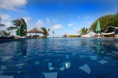 从游泳池的看法到海滩 免版税库存照片