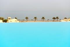从游泳池的看法在海滩 免版税库存照片