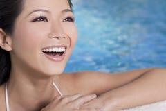 游泳池的美丽的中国亚裔妇女 免版税库存图片