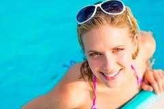游泳池的美丽的少妇 免版税图库摄影
