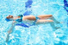 游泳池的美丽的轻松的孕妇 免版税库存照片
