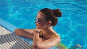 游泳池的美妙的妇女 站立在边的她 影视素材