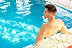 游泳池的肌肉人 免版税库存照片