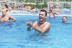 游泳池的水球球员 免版税库存图片