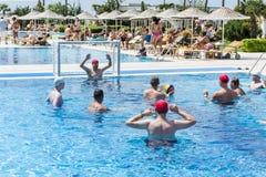 游泳池的水球球员 免版税库存照片