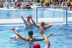 游泳池的水球球员 免版税图库摄影