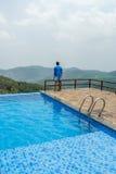 游泳池看法在小山驻地顶部的与山在背景中,萨利姆, Yercaud, tamilnadu,印度, 2017年4月29日 库存图片