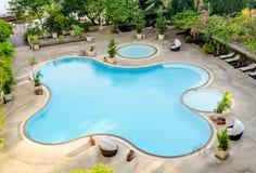 游泳池看法在旅馆里 库存照片