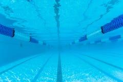 游泳池竞争运输路线水下的照片 库存图片
