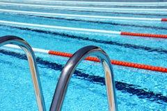 游泳池车道绳索和梯子 库存图片